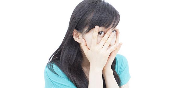 kvinde gemmer ansigtet i haenderne